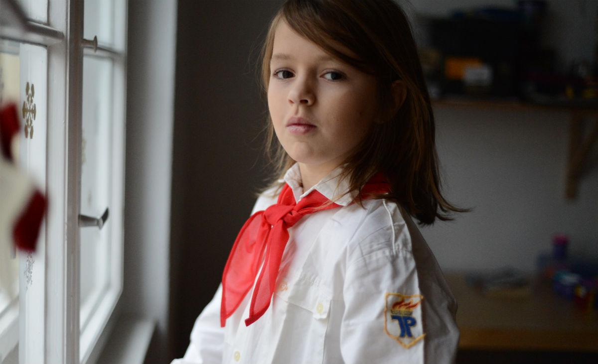 Aljoscha trägt Sebastians Pionierhemd und Halstuch